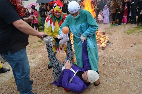 αποκριάτικο γλέντι, πρωτοβουλία αλληλεγγύης πολιτών Φυλής,  σύλλογοι Άνω Λιοσίων, δήμος Φυλής, κάψιμο καρνάβαλος
