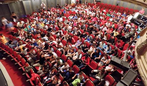 εθνικό θέατρο, ΜΚΟ Κλίμακα, μαθητές, δήμου Φυλής, ρομά, παράσταση, ο σιμιγδαλένιος