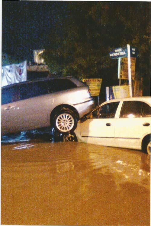 Το αυτοκίνητο του κ. Ιωάννου παρασύρθηκε από τα νερά και κατέληξε πάνω σε ένα άλλο όχημα