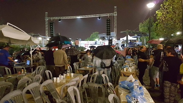 Ακόμα και μετά την ακύρωση της εκδήλωσης, αρκετός κόσμος παρέμεινε στην πλατεία