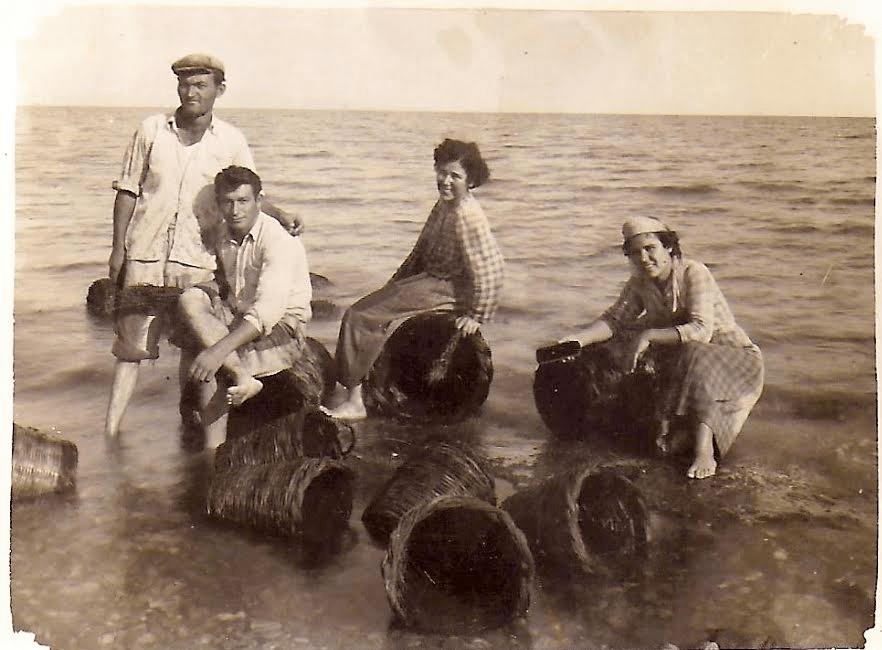 Αρχείο : Ασπασίας Αγγέλου – 1955  ( πλύσιμο κοφινιων  σε Λούτσα )