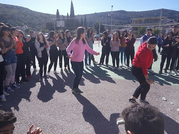 Γλέντι και χορός στο λύκειο Φυλής με μαθητές και καθηγητές του λυκείου Μάνδρας