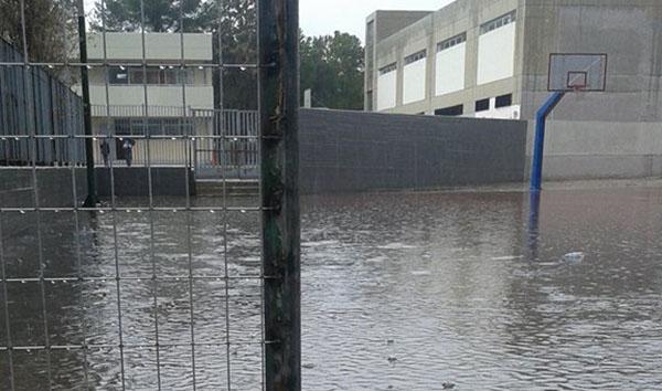 """""""Λίμνη"""" το προαύλιο στο κλειστό γυμναστήριο Αγίου Νικολάου με κάθε βροχή. Τσαλαβουτούν μέσα γονείς και παιδιά"""