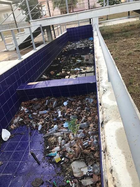 Εικόνες ντροπής με σκουπίδια και πεταμένες καρέκλες στην πλατεία Περνερί στα Άνω Λιόσια
