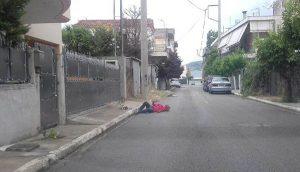 Σοκαριστική εικόνα με ναρκομανή πεσμένος σε δρόμο στο Ζεφύρι. Δεκάδες καθημερινά στα στέκια του θανάτου