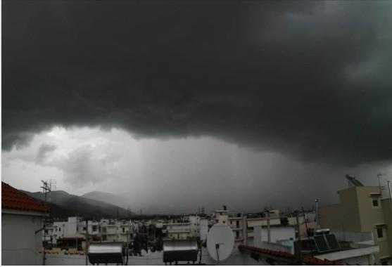 Το self cloud που δημιουργήθηκε πάνω από τις Αχαρνές γύρω στις 5 το μεσημέρι του Σαββάτου. Φωτογραφία από τον Φίλιππο Κολποδίνο.