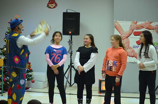 Τρυφερότητα, γέλιο και διασκέδαση στη χριστουγεννιάτικη γιορτή του Συλλόγου Τριτέκνων Φυλής