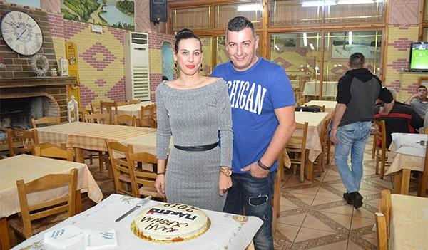 Με συνεργάτες, επιτυχίες και χαμόγελα έκοψαν την πίτα του Πακέτο Souvlaki House οι Κώστας και η Ντίνα Παπαϊωάννου