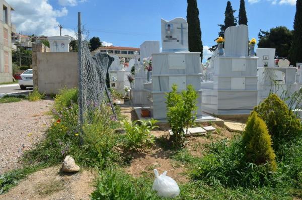 Σε κοινή θέα οι τάφοι στη νεκροταφείο της δημοτικής ενότητας Φυλής