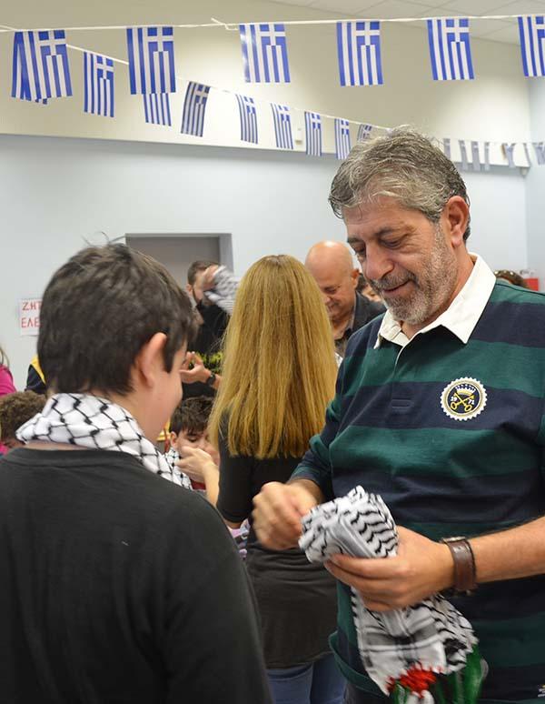 Ο Παλαιστίνιος Πρέσβης δωρίζει σε παιδιά και εκπαιδευτικούς κασκόλ με τα χρώματα της πατρίδας του