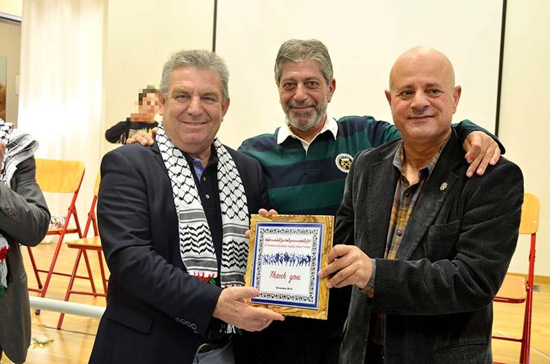 Ο Πρέσβης του κράτους της Παλαιστίνης και ο υπεύθυνος του παλαιστινιακού χορευτικού συγκροτήματος παραδίδουν στον δήμαρχο Ιλίου αναμνηστικό ευχαριστήριο δώρο