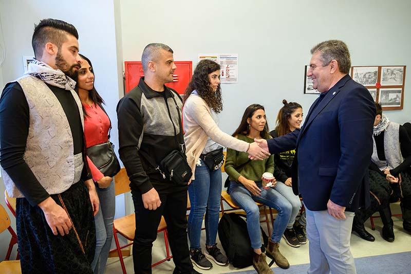 Ο Νίκος Ζενέτος χαιρετά τους χορευτές του El-Funoun