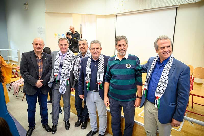 Ο δήμαρχος Ιλίου Νίκος Ζενέτος και ο Πρέσβης του κράτους της Παλαιστίνης Marwan Toubassi με τον Πρόεδρο του Δημοτικού Συμβουλίου Ιωάννη Χαραλαμπόπουλο, τον Αντιδήμαρχο Πολιτισμού Γιώργο Φραγκάκη, τον Πρόεδρο της Α΄ βαθμιας Σχολικής Επιτροπής Δημήτρη Γαλούνη και τον υπεύθυνο του El-Funoun