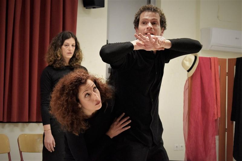 """Την ζωντανή και διαδραστική παράσταση """"Με δικά μου λόγια"""" από την ομάδα θεάτρου playback Storydrops, καθώς και το """"Χωματερή Project"""" φιλοξένησε ο Δήμος Πετρούπολης."""