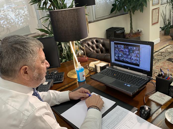 Ζητήματα που αφορούν στην εξασφάλιση της σίτισης περίπου 30.000 πολιτών στην Αττική, την προμήθεια υγειονομικού υλικού, την επιχορήγηση των Δήμων, τη λειτουργία των λαϊκών αγορών και τα ανταποδοτικά τέλη, βρέθηκαν στο επίκεντρο της τηλεδιάσκεψης του περιφερειάρχη Αττικής Γιώργου Πατούλη με 55 δημάρχους της Αττικής και τη συμμετοχή του υπουργού Εσωτερικών Τάκη Θεοδωρικάκου