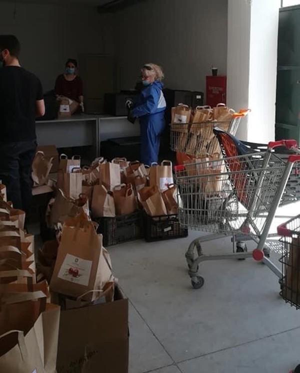 Διανομή φαγητού σε σπίτια σε συνεργασία με την Περιφέρεια Αττικής από τον Δήμο Αγίων Αναργύρων-Καματερού