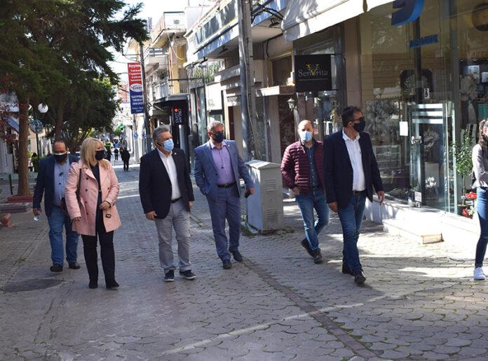 Επίσκεψη στα καταστήματα του εμπορικού κέντρου της πόλης πραγματοποίησαν ο δήμαρχος Νίκος Ζενέτος και αντιδήμαρχοι του Δήμου Ιλίου, με στόχο την ενημέρωση για την κατάσταση που επικρατεί στην αγορά, ύστερα από τo παρατεταμένo κλείσιμο λόγω των περιοριστικών μέτρων.