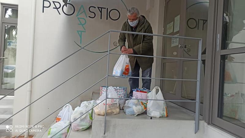 Μπορεί να είναι κλειστό, εξαιτίας των περιοριστικών μέτρων για την εξάπλωση του κορωνοϊού, όμως το Κέντρο Τέχνης και Πολιτισμού Proastio Art διέθεσε τον χώρο του για τη φιλοξενία ανθρωπιστικής βοήθειας με προορισμό τον Άλλο Άνθρωπο και την Κοινωνική Κουζίνα του.