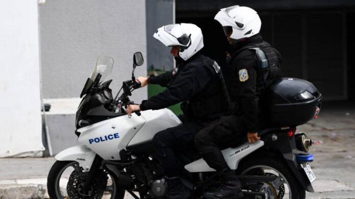 Έκλεβαν υαλοκαθαριστήρες και αντικείμενα από αυτοκίνητα στο πάρκινγκ στον Προαστιακό. Συνελήφθησαν από ομάδα ΔΙ.ΑΣ. Δείτε τι έκαναν οι αστυνομικοί μετά τη σύλληψη των δραστών