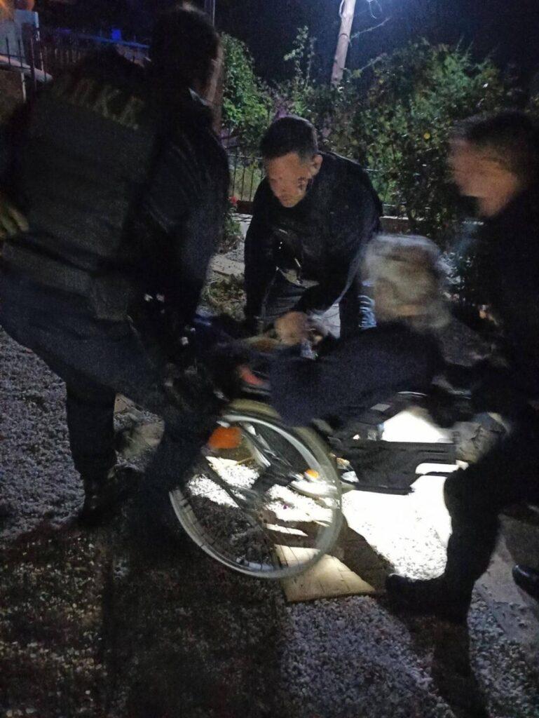 Πυρκαγιά Σχίνος: Αστυνομικές δυνάμεις από τη Δυτική Αττική συνέδραμαν στην εκκένωση των οικισμών. Ηλικιωμένο σε αμαξίδιο απεγλώβισε η ΟΠΚΕ