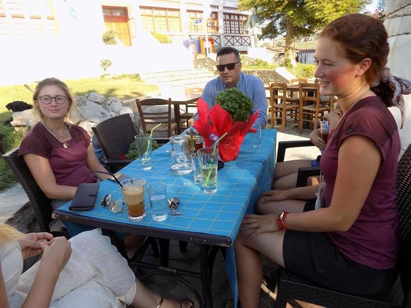 Το ταξίδι Παρίσι - Ιερουσαλήμ με τα πόδια για δυο Γαλλίδες έκανε προσωρινή και φιλόξενη στάση στη... Φυλή
