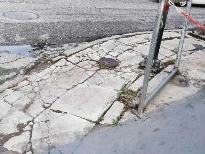 Πεζοδρόμια– παγίδα για πεζούς στην οδό Λάμπρου Κατσώνη φέρνει στην επιφάνεια η Λαϊκή Συσπείρωση Αγίων Αναργύρων-Καματερού